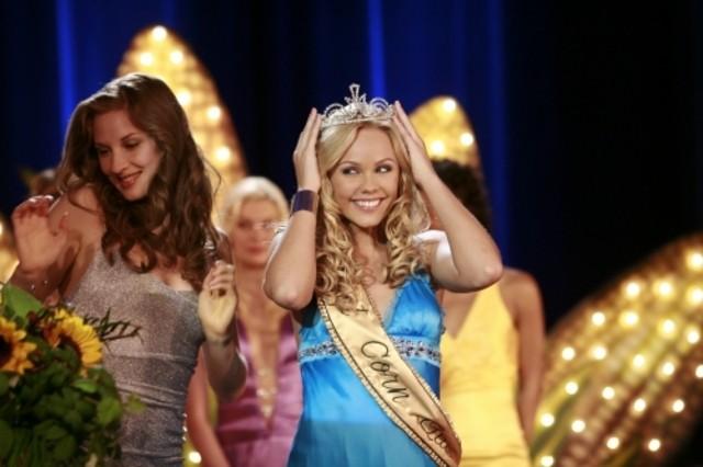 Laura Vandervoort viene incoronata a un concorso di bellezza nell'episodio 'Lo scrigno del tempo' della serie tv Smallville