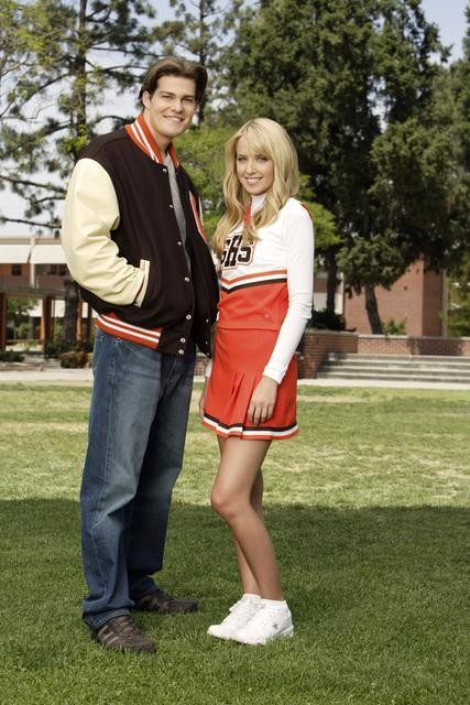 Megan Park e Greg Finley in una immagine promozionale de La vita segreta di una teenager americana