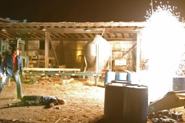Michael Rosenbaum a terra e Tom Welling sulla sinistra nell'episodio ' Il prezzo dell'immortalità' della settima stagione di Smallville