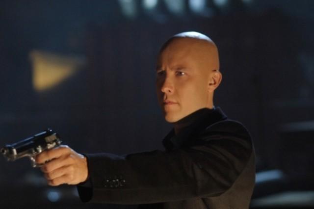 Michael Rosenbaum in atteggiamento aggressivo nell'episodio ' Il prezzo dell'immortalità' della settima stagione di Smallville