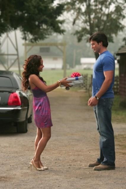 Tom Welling e  Christina Milian in una scena dell'episodio ' Il supereroe' della serie tv Smallville