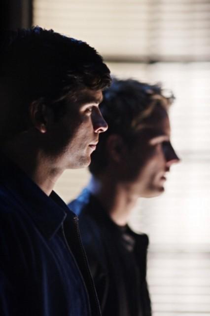 Tom Welling e in secondo piano Justin Hartley in una scena dell'episodio ' Urlo ultrasonico ' della serie tv Smallville