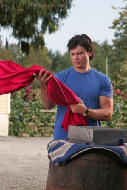 Tom Welling osserva quello che sarà un giorno il suo mantello nell'episodio ' Il supereroe' della serie tv Smallville