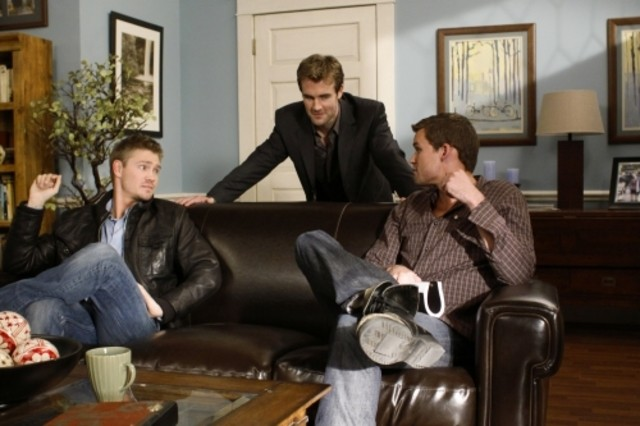 Austin Nichols, James Van Der Beek e Chad Michael Murray in una scena dell'episodio We Change, We Wait di One Tree Hill