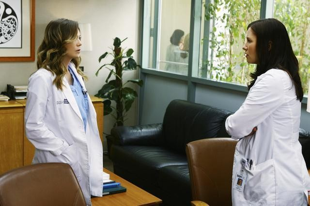 Chyler Leigh ed Ellen Pompeo in una scena dell'episodio No Good At Saying Sorry di Grey's Anatomy