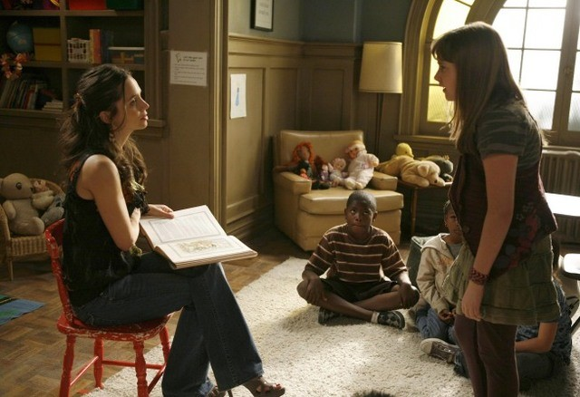 Eliza Dushku ed Hannah Leigh Dworkin in una scena dell'episodio Briar Rose di Dollhouse