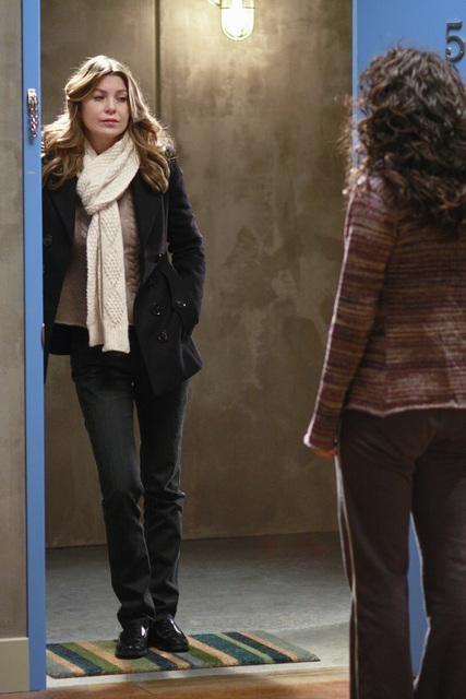 Ellen Pompeo e Sandra Oh (di spalle) in una scena dell'episodio I Will Follow You Into the Dark di Grey's Anatomy