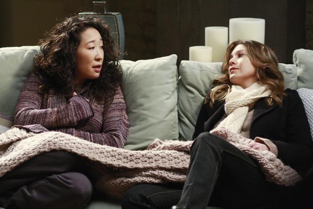 Ellen Pompeo e Sandra Oh in una scena dell'episodio I Will Follow You Into the Dark di Grey's Anatomy