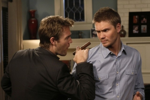 James Van Der Beek e Chad Michael Murray in una scena dell'episodio We Change, We Wait di One Tree Hill