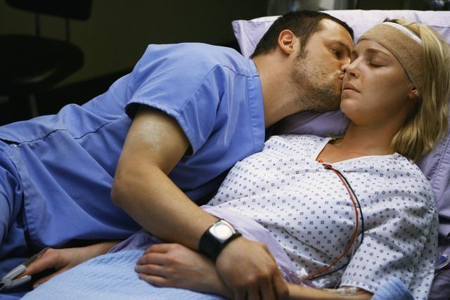 Justin Chambers e Katherine Heigl in una scena dell'episodio Elevator Love Letter di Grey's Anatomy