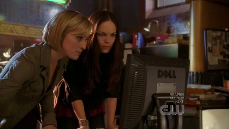 Kristin Kreuk insieme ad  Allison Mack in una scena dell'episodio 'Traveler' della serie tv Smallville