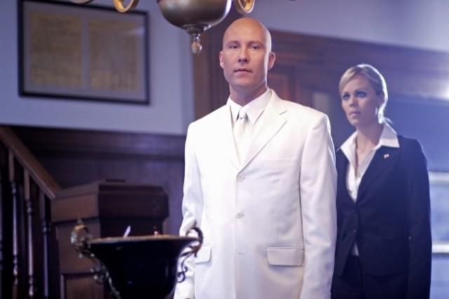 Laura Vandervoort  con Michael Rosenbaum in una scena dell'episodio ' Apocalypse ' della settima stagione di Smallville