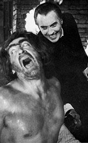 Patrick Troughton frustato da Christopher Lee ne Il marchio di Dracula