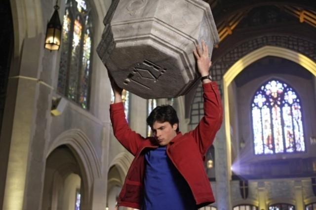 Tom Welling in una scena d'azione dell'episodio ' Quest ' della settima stagione di Smallville