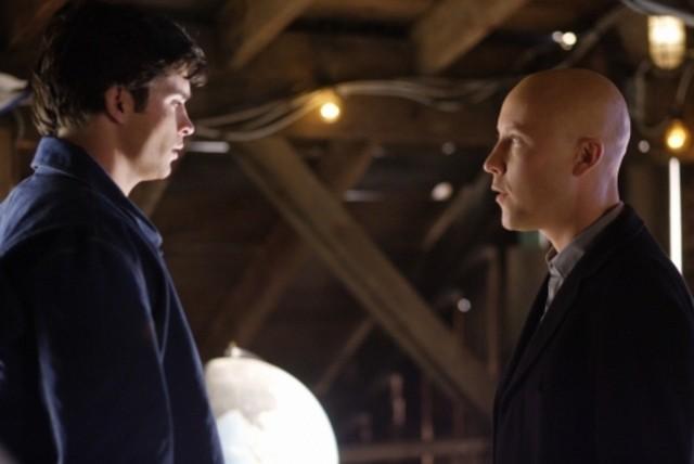 Tom Welling insieme a Michael Rosenbaum in una scena dell'episodio ' Apocalypse ' della settima stagione di Smallville
