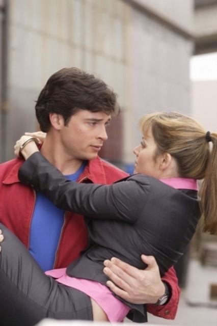 Tom Welling insieme ad Erica Durance durante una scena dell'episodio ' Apocalypse ' della settima stagione di Smallville