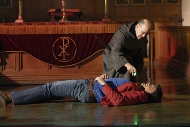 Tom Welling reso vulnerabile da Robert Picardo in una scena dell'episodio ' Quest ' della settima stagione di Smallville