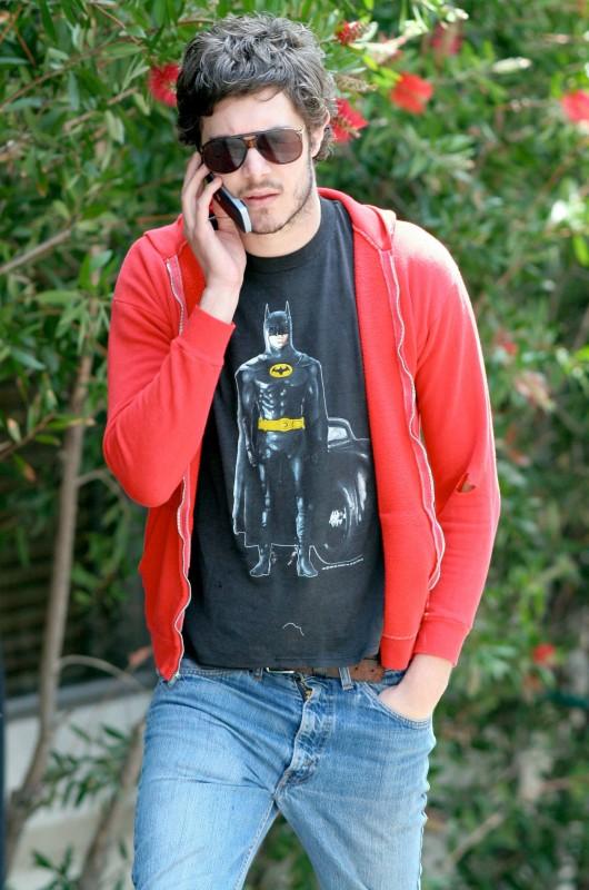Adam Brody al telefono