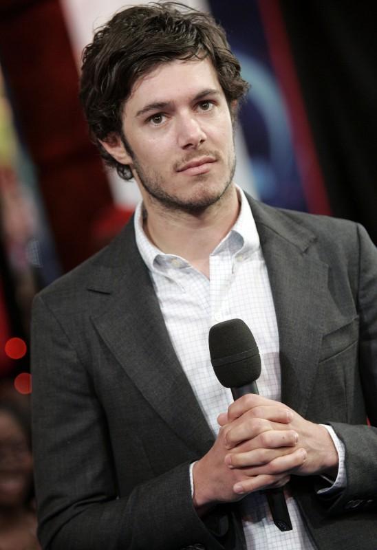 Adam Brody con il microfono in mano