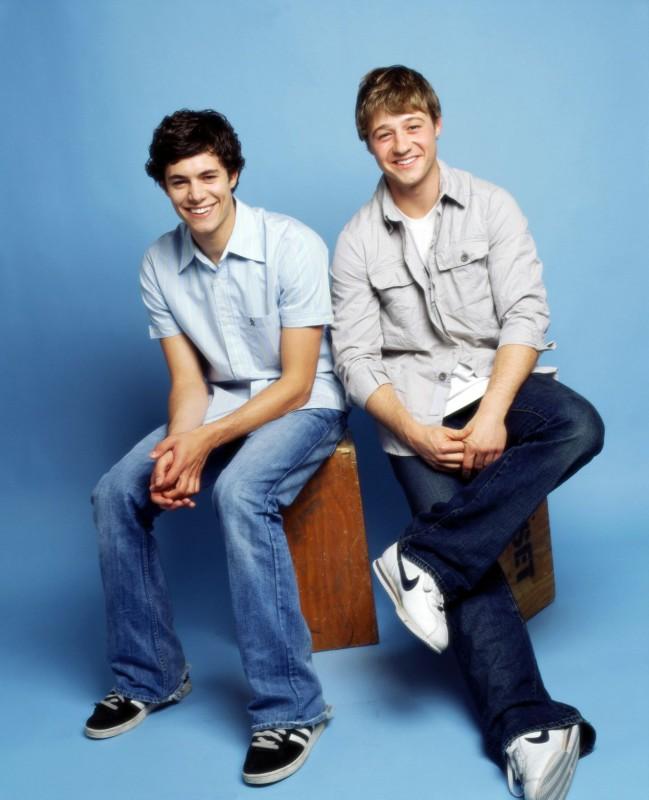 Adam Brody e Benjamin McKenzie in una foto promo per 'The O.C.'