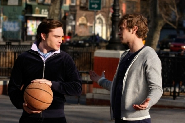 Ed Westwick e Chace Crawford in una scena dell'episodio Southern Gentlemen Prefer Blondes di Gossip Girl