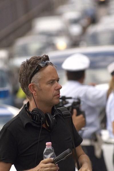 Il regista Michael Winterbottom sul set del film Genova