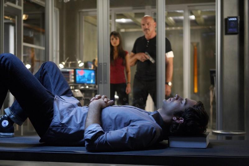 In primo piano Zachary Levi, sullo sfondo, Patrick Kilpatrick e Jordana Brewster nell'episodio 'Chuck Versus The Gravitron' della serie tv Chuck