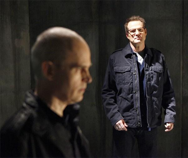 Jack Coleman e Zeljko Ivanek in una scena di An Invisible Thread dalla terza stagione di Heroes