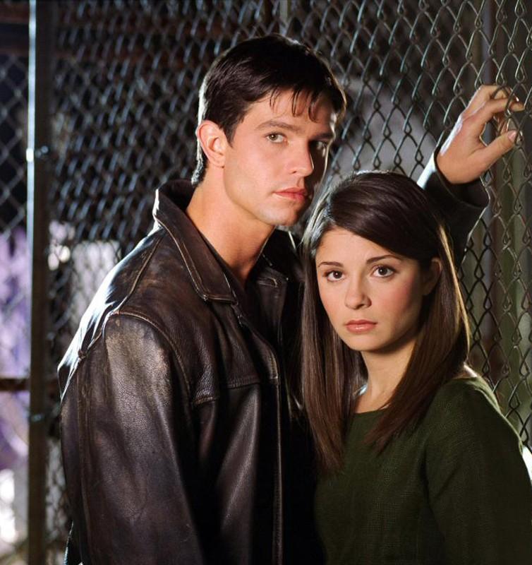 Jason Behr e Shiri Appleby in una foto promo di 'Roswell'
