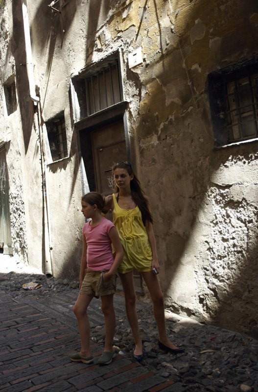 Perla Haney-Jardine e Willa Holland in una scena del film Genova