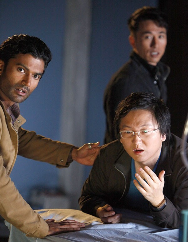 Sendhil Ramamurthy, James Kyson Lee e Masi Oka in una scena di An Invisible Thread della terza stagione di Heroes