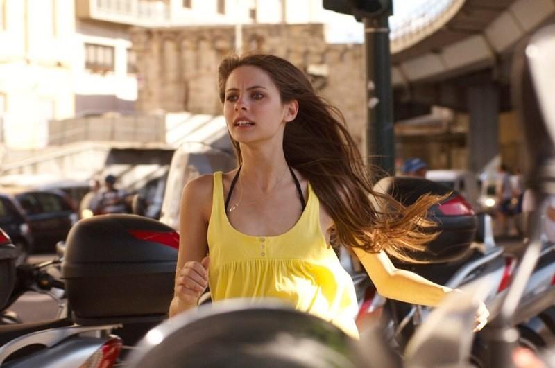 Willa Holland in un'immagine del film Genova