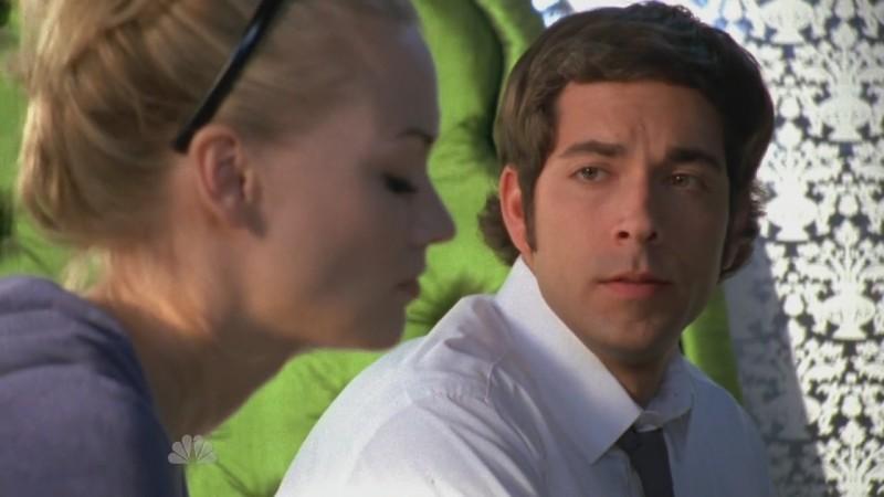 Yvonne Strahorvski in primissimo piano e sullo sfondo Zachary Levi nell'episodio 'Chuck versus the DeLorean' della serie tv Chuck