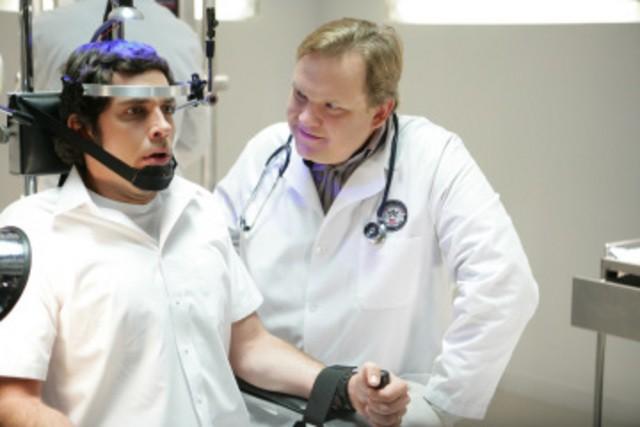 Zachary Levi e Andy Richter in una scena dell'episodio 'Chuck Versus the Suburbs ' della serie tv Chuck