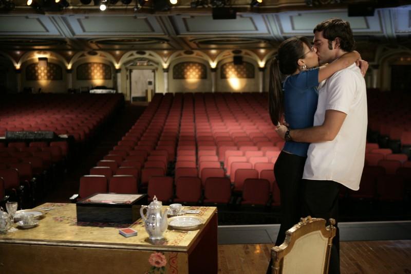 Zachary Levi e Jordana Brewster in un bacio appassionato nell'episodio 'Chuck Versus the Fat Lady' della seconda stagione di Chuck