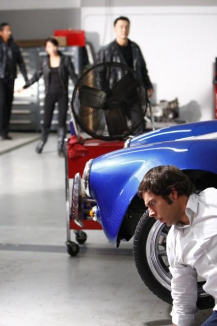 Zachary Levi in atteggiamento 'stealth' nell'episodio ' Chuck Versus the best friend ' della serie televisiva Chuck