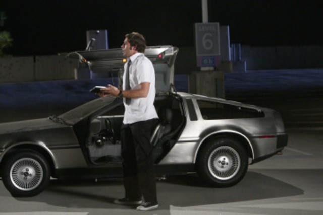 Zachary Levy e la DeLorean in una scena dell'episodio 'Chuck Versus the DeLorean' della seconda stagione di Chuck