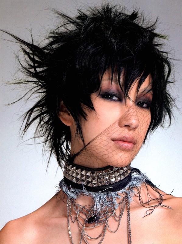 Foto promozionale di Mika Nakashima in stile dark/punk fashion