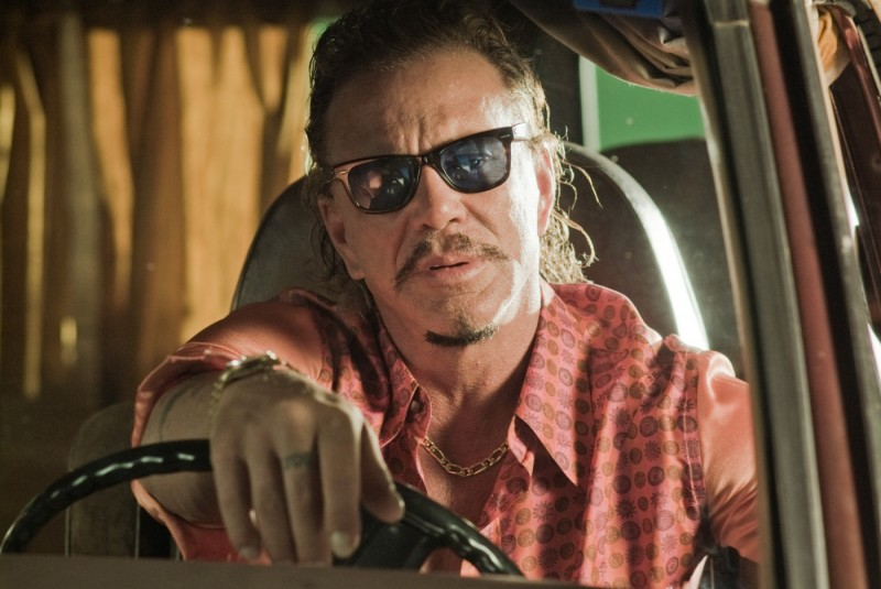 Mickey Rourke in una scena del film The Informers