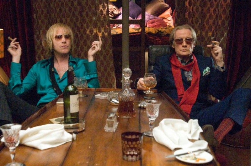 Rhys Ifans e Bill Nighy in una scena del film I Love Radio Rock