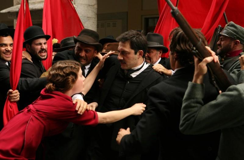 Giovanna Mezzogiorno con Filippo Timi in una bella sequenza di 'Vincere', diretto da Marco Bellocchio