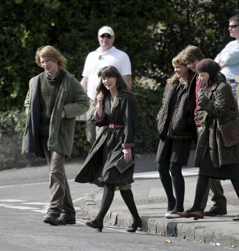 Keira Knightley insieme al resto del cast di Never Let Me Go sul set dle film
