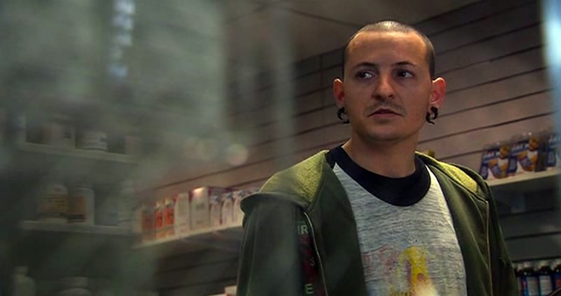 Chester Bennington (Linkin Park) in una scena del film Crank