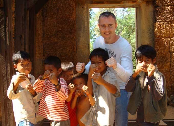 Don Ferguson con bambini Thailandesi