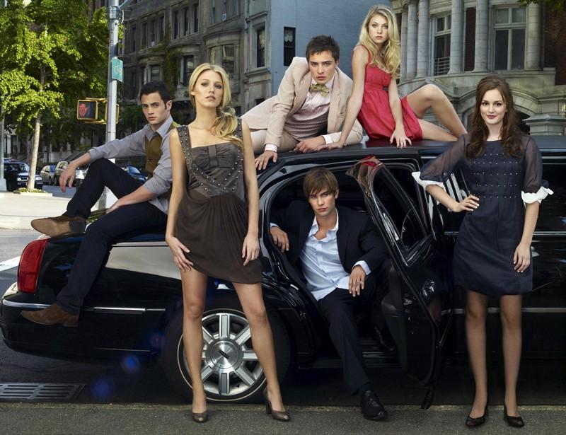 Il cast di Gossip Girl su una macchina