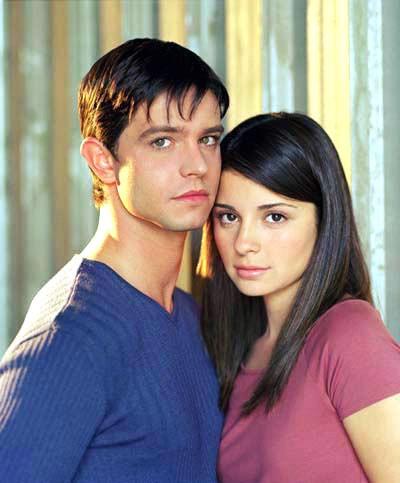 Jason Behr (Max) e Shiri Appleby (Liz) in una foto della 1 serie di 'Roswell'