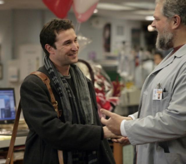 Abraham Benrubi e Noah Wyle in una scena dell'episodio And in the End... di E.R. - Medici in prima linea