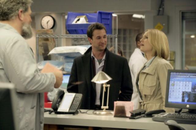 Abraham Benrubi, Noah Wyle e Sherry Stringfield in una scena dell'episodio And in the End... di E.R. - Medici in prima linea