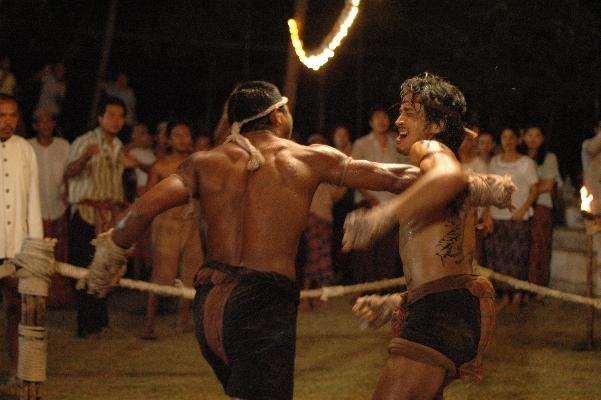 Akara Amarttayakul in una scena di combattimento del film di arti marziali Chaiya
