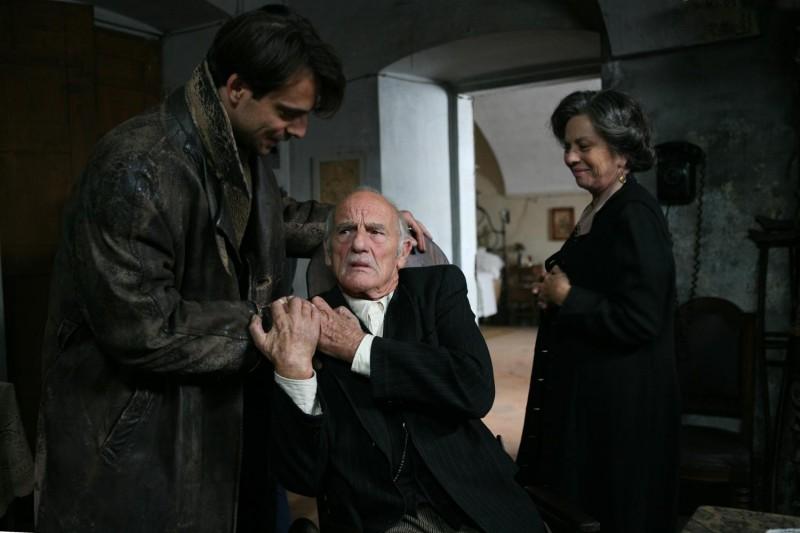 Alessandro Preziosi, Philippe Leroy e Giovanna Ralli in una scena del film Il sangue dei vinti